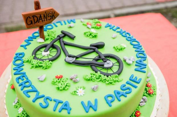 Tort z okazji milionowego rowerzysty w pasie nadmorskim w Gdańsku.