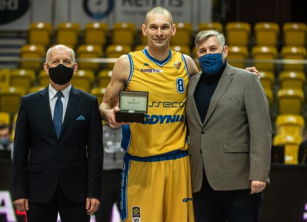 Filip Dylewicz rozegrał 673. mecz w Polskiej Lidze Koszykówki i ustanowił nowy rekord. Oprócz gratulacji, z rąk Marcina Korpolewskiego, członka zarządu PZKosz (z prawej) oraz Romana Kuczyńskiego, komisarza spotkania (z lewej), otrzymał zegarek.
