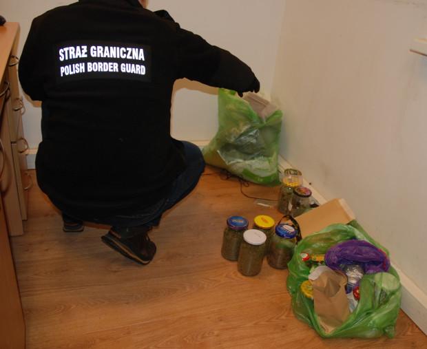 Narkotyki ujawnione podczas kontroli drogowej zostały ukryte w plastikowych torbach i słoikach.