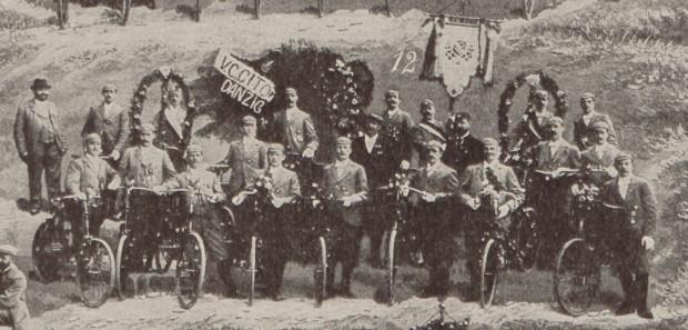 """Rowerzyści z Klubu Welocypedów """"Szybko"""" w Gdańsku, 1898 r."""