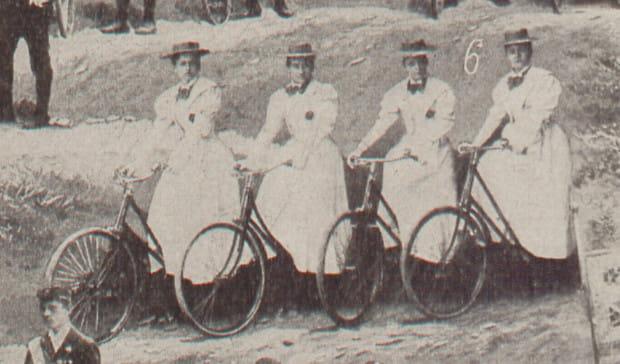 """Członkinie Kobiecego Towarzystwa Rowerowego """"Wioletta"""", 1898 r."""