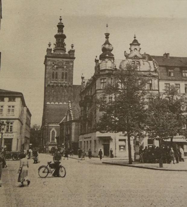 Rowerzysta na Starym Mieście (w tle kościół pw. św. Katarzyny), początek XX wieku.