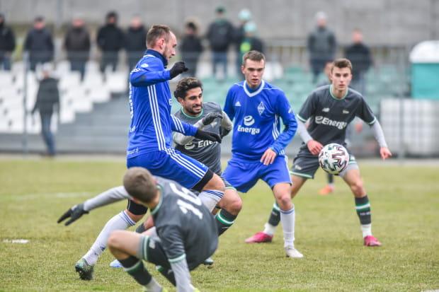 Kluby ze szczebla centralnego, jak na przykład Lechia Gdańsk, pozyskiwać piłkarzy w zimowym oknie transferowym będą mogły do 24 lutego, a od III ligi w dół, jak Bałtyk Gdynia, do czas pierwszej kolejki wiosennej w danej klasie rozgrywkowej.