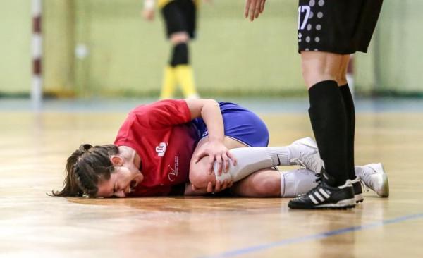 Zerwanie więzadła krzyżowego to wyjątkowo bolesny uraz, po którym wielu piłkarzy i piłkarek nie wraca już do optymalnej dyspozycji. Na zdjęciu Natasza chwilę po tym jak doznała kontuzji.
