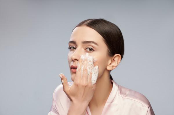 Podstawą właściwej pielęgnacji, zwłaszcza skóry dotkniętej problemem maskne, jest regularne i dokładne oczyszczanie delikatnymi preparatami.