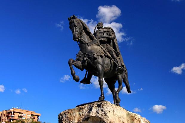 Pomnik Skanderbega na placu jego imienia w stolicy Albanii, Tiranie.
