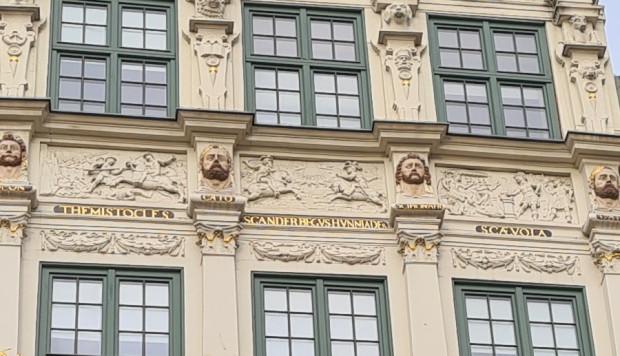 Relief przedstawiający Skanderbega znajduje się nad trzecią kondygnacją fasady Złotej Kamienicy w Gdańsku.