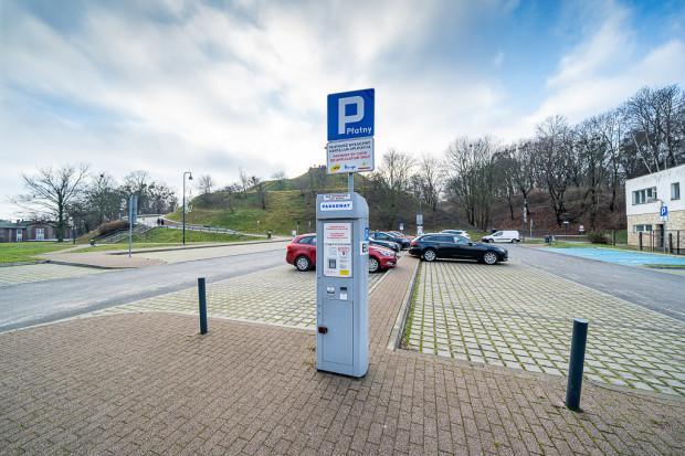 Obecnie postój na wszystkich parkingach Hevelianum jest płatny od 4,20 do 5,10 zł za godzinę. Z opłat zwolnieni są pracownicy placówki.
