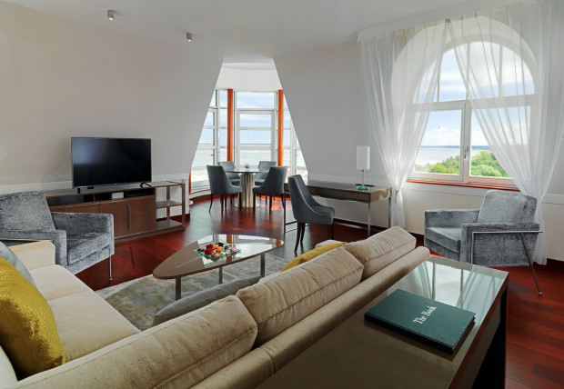 Nocleg w 94-metrowym Apartamencie Prezydenckim w Sheraton Sopot Hotel to także możliwość skorzystania z luksusowego spa i sauny, słodki poczęstunek i szampan.