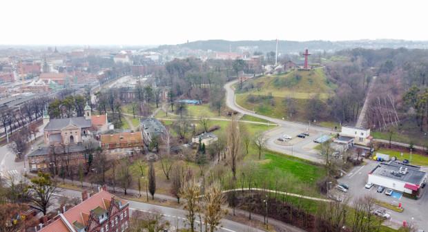 Zespół budynków dawnego Szpitala Bożego Ciała i jeden z parkingów Hevelianum, na którym pobierana jest opłata 4,20 zł za godz. postoju.