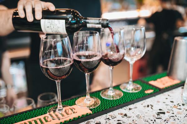 """Nowe uchwały częściowo zwolnią firmy z branży gastronomicznej z opłaty pobieranej za sprzedaż alkoholu spożywanego """"na miejscu""""."""