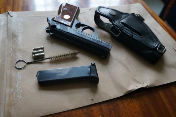 Szukając marihuany w mieszkaniu 27-latka, policjanci natknęli się też na nielegalną broń (zdjęcie poglądowe).