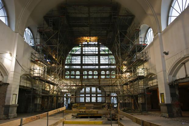 Witraż został odtworzony w półrozecie holu dworca od strony peronów.