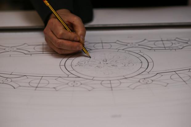 Projekt witraży łączy w sobie elementy historyczne z autorskimi rozwiązaniami inspirowanymi pierwotnym założeniem.