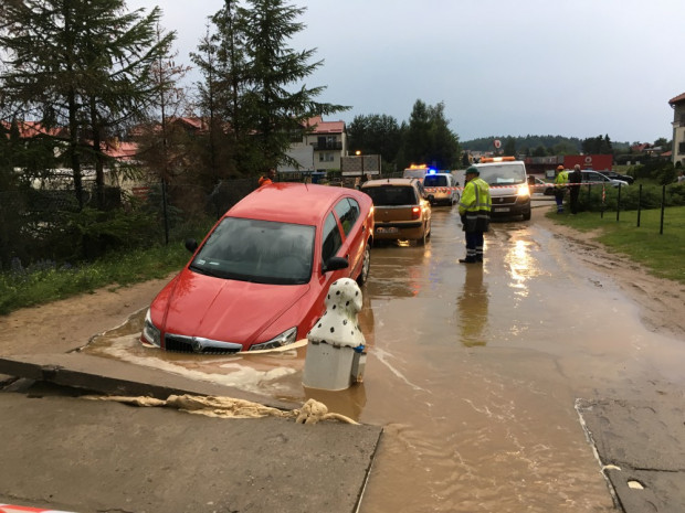 Zapadnięcie jezdni spowodowane awarią wodociągową na ul. Koziorożca w Gdańsku. Zdjęcie z 2016 r.