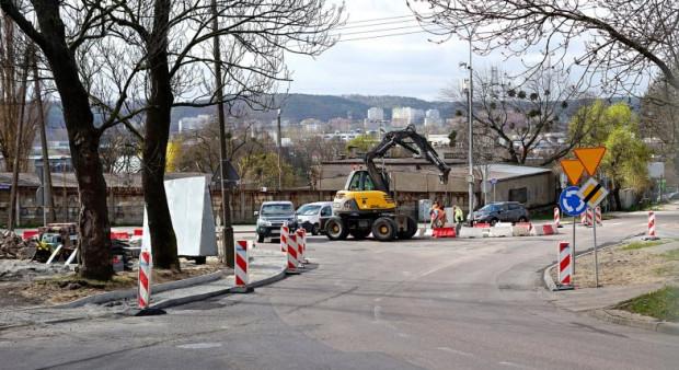 Remonty dróg w północnych dzielnicach Gdyni są - zdaniem mieszkańców - zbyt rzadkie.