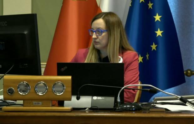 Uchwała została przyjęta na czwartkowej sesji w Gdańsku, która odbywała się zdalnie. Na sali obrad byłą tylko przewodnicząca Agnieszka Owczarczak.