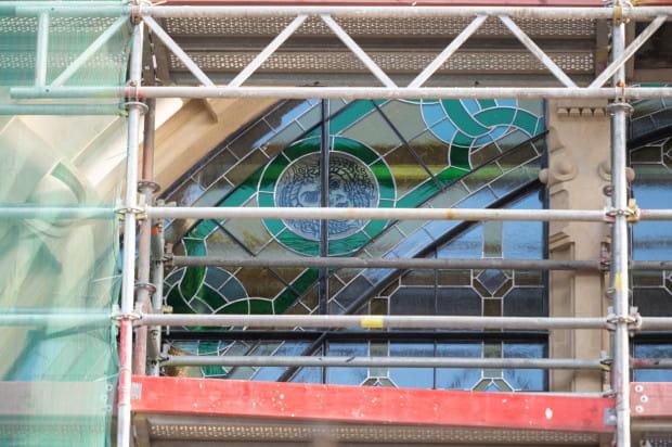 Pierwszy barwny witraż został odtworzony w półrozecie holu dworca, widocznej od strony peronów kolejowych.