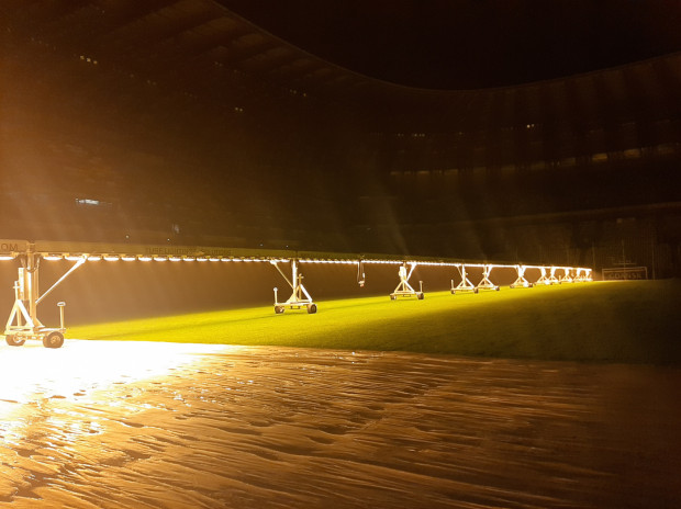 Przygotowania murawy na stadionie w Letnicy do rozgrywek ekstraklasy i finału Ligi Europy.