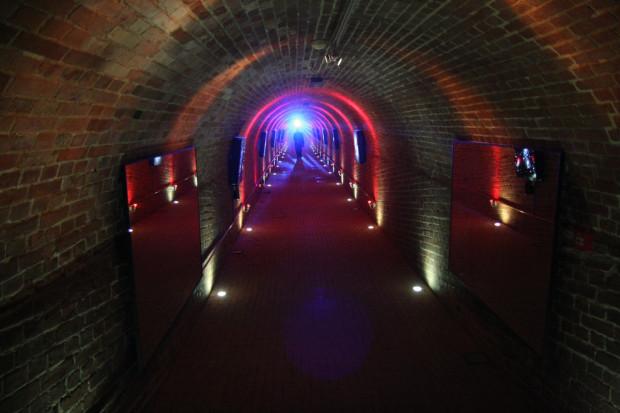 Centrum Hevelianum. Korytarz z kolorowym oświetleniem i lustrami.