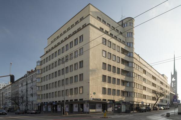 Budynek przy ul. 3 Maja 27-31 to jeden z czołowych przykładów gdyńskiego modernizmu, który był ostatnio modernizowany.