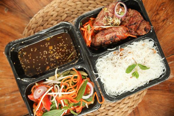 Tym razem zamówiłam do domu dania z czterech trójmiejskich restauracji serwujących kuchnię azjatycką. Na zdjęciu: Bun Nam Bo z Good Morning Vietnam w Gdyni.