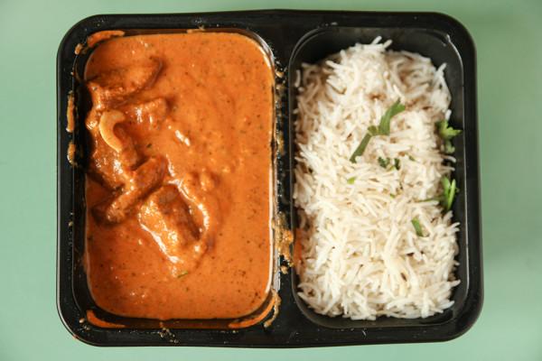 Mutton Muglai, czyli kawałki jagnięciny w łagodnym sosie z ryżem od Indian Curry z Gdańska.