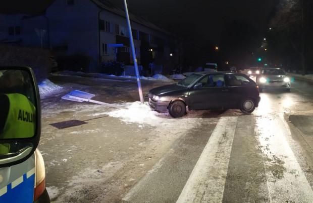 """Jeden z zatrzymanych we wtorek pijanych kierowców """"skosił"""" latarnię i znak drogowy."""