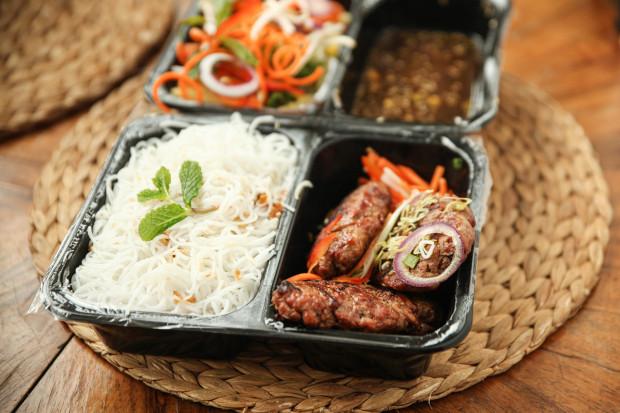 Bun Nam Bo, czyli grillowane szaszłyki wołowo-wieprzowe z makaronem ryżowym, warzywami i sosem z Good Morning Vietnam w Gdyni.