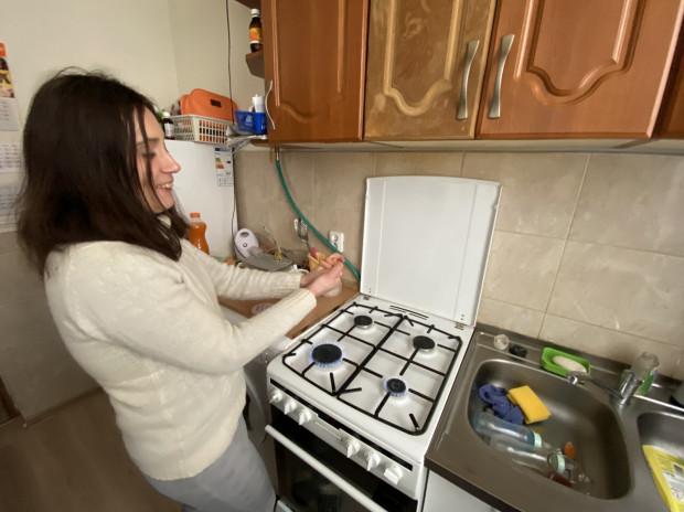 Pani Iwona ogrzewa się przy włączonej - cały dzień - kuchence gazowej.