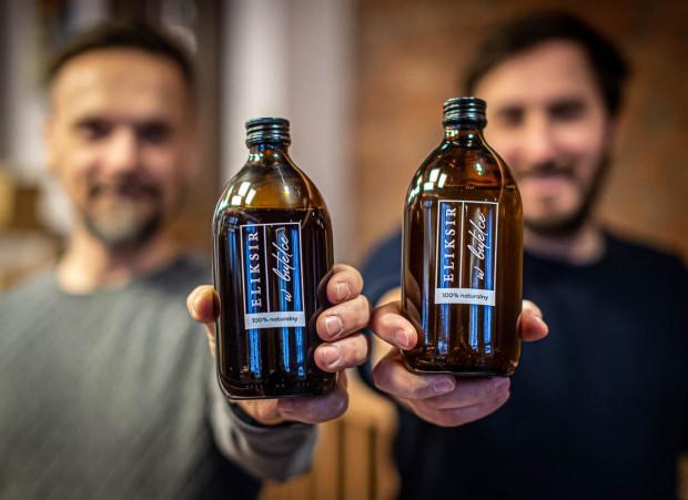 Eiksir w czasach pandemii przebranżowił się i wypuścił na rynek zupełnie nowy produkt - eliksir w butelce, bazę do drinków do zamawiania do domu. To w 100 proc. naturalny, bezalkoholowy miks, który pozwala w dosłownie pięć sekund samodzielnie przygotować koktajl jak z koktajlbaru.