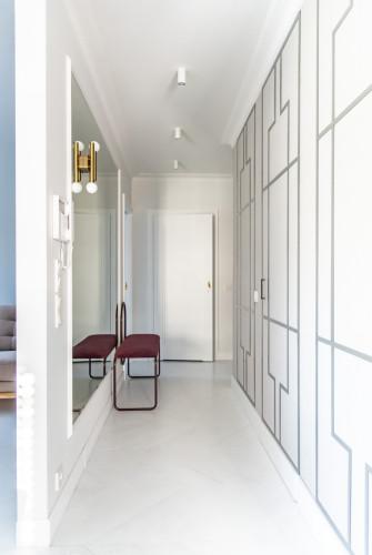 Duże lustro optycznie poszerza długi i wąski korytarz.