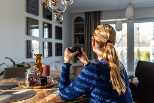 Usytuowanie stołu jadalnianego pozwala podziwiać widoki za oknem lub rozmawiać z osobami przebywającymi w strefie sypialnianej.