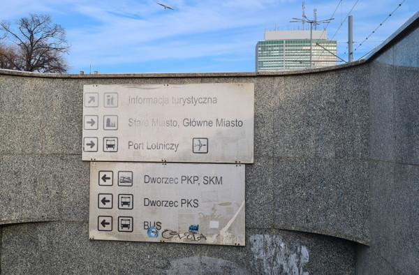 Wygląd tablic informacji pasażerskiej w centrum Gdańska pozostawia wiele do życzenia. Po naszej interwencji tablice zostaną wymienione na nowe.