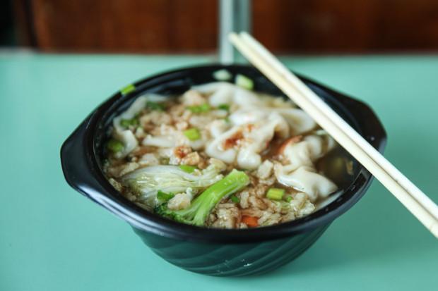 Zupa z pierożkami wonton od restauracji Phuket.