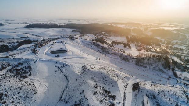 Kurza Góra oferuje narciarzom wymarzone warunki na trzech oświetlonych trasach zjazdowych o łącznej długości 2,5 km.