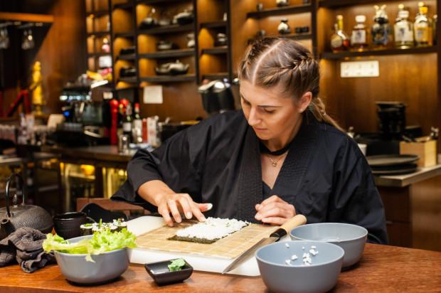 Świat sushi to kulinarny mikrokosmos, w którym rządzi nie tylko niepowtarzalny smak, ale także wielką rolę odgrywa tradycja i etykieta.
