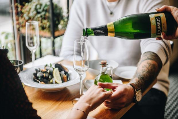 Degustacja wina i dobranych do nich potraw może być doskonałym sposobem na spędzenie walentynkowego wieczoru.