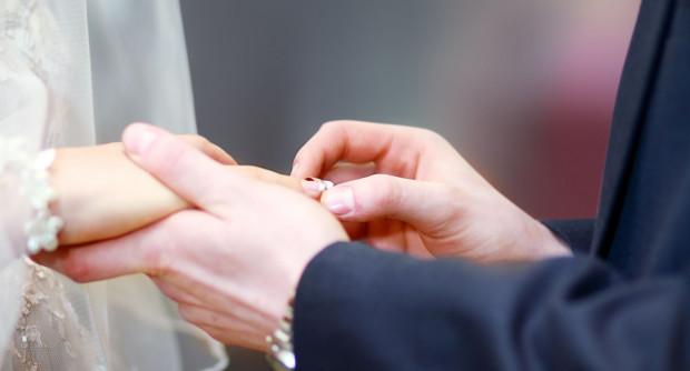 W czasach epidemii przyszli małżonkowie muszą szukać niestandardowych rozwiązań. Jednym z nich jest zaproszenie na ślub online.