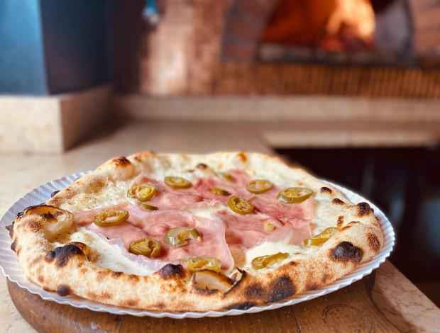 Pizza o klasycznym wyglądzie z wysokiej jakości składnikami to przepis na dobry smak w gdyńskim lokalu.