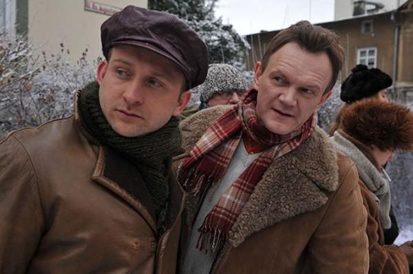 """Borys Szyc i Cezary Pazura zagrali wspólnie w kontynuacji """"Sztosu"""", ale to pierwsza część kręcona głównie w Sopocie zyskała rzesze miłośników."""