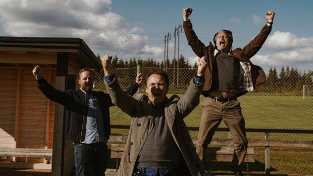 """Duński komediodramat """"Na rauszu"""" to jedna z największych premier pierwszego po długiej przerwie kinowego weekendu w Trójmieście. Film z Madsem Mikkelsenem będzie można obejrzeć we wszystkich kinach studyjnych, które otworzą się w piątek, 12 lutego."""