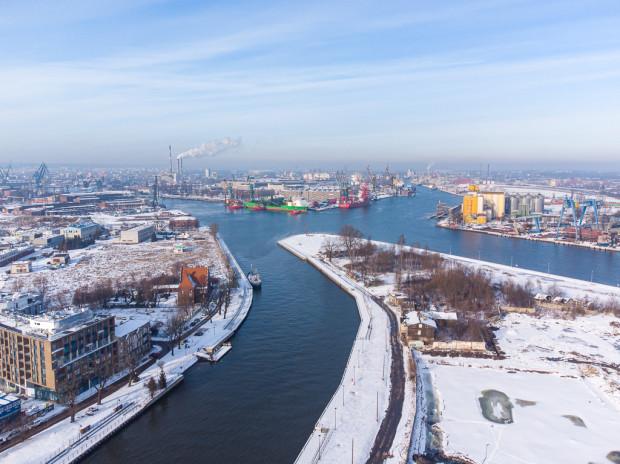 Polski Hak to unikalny teren w Gdańsku. Otoczony z trzech stron wodami i niemal pozbawiony zabudowy objętej ochroną konserwatorską.