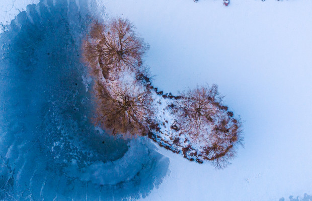 Po suchym lecie przyszła mroźna i śnieżna zima. To dobrze, bo im więcej śniegu zimą, tym mniejsze ryzyko suszy w miesiącach letnich. Na zdjęciu zbiornik Platynowa w Gdańsku.