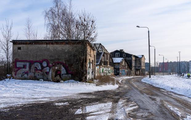 Pierwszy budynek po lewej zostanie zburzony pod realizację drogi do planowanego skrzyżowania, następnie ze zniszczonym dachem znajduje się Sienna Grobla 10 i dalej 9 oraz 8.