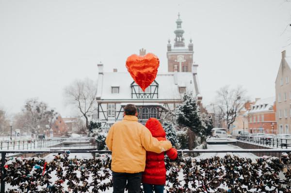 W tym roku nie będzie okazji zabrać drugiej połówki na romantyczną kolację. Można jednak zamówić walentynkowe boxy do domu lub zaprosić na mroźny spacer.