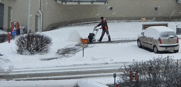 Nie wszędzie odśnieżanie chodników jest szybkie. Tu przykład zastosowania sprzętu, który obsługiwać może każdy.