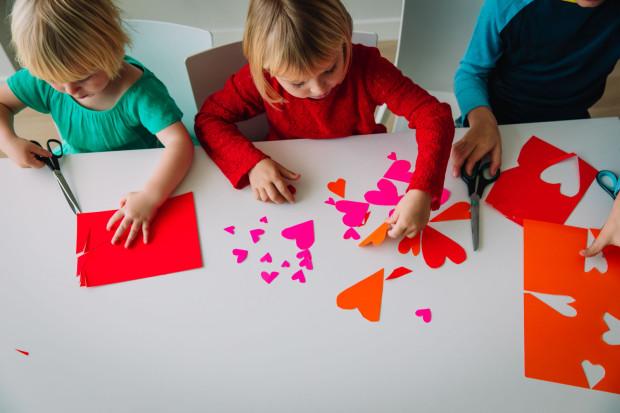 Dzieci chętnie wykonują laurki na walentynki i obdarowują nimi sympatie lub rodziców czy dziadków.