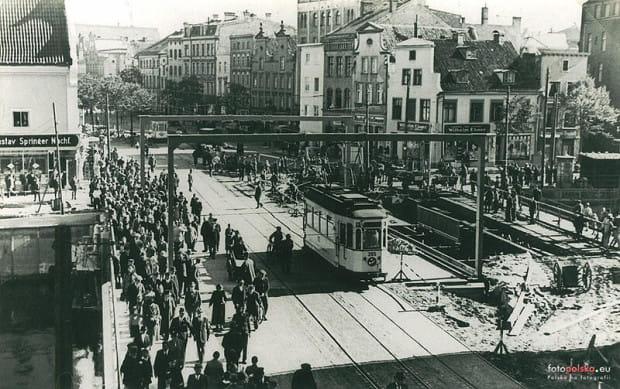 Most wielokrotnie przebudowywano (np. w 1911 i 1933 roku). Ostatecznie rozebrano go na przełomie 1936 i 1937 roku, budując równolegle nowy. Oddany do użytku w październiku 1937 r. obiekt tym razem był zwodzony jednoklapowo, z mechanizmami ukrytymi w przyczółku od strony Długich Ogrodów, lepiej przystosowany do ruchu tramwajowego.