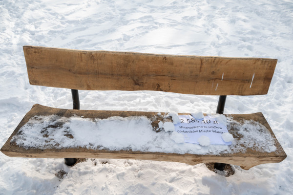 Ławka na placu zabaw. Jej koszt wyniósł ponad 2,5 tys. zł.